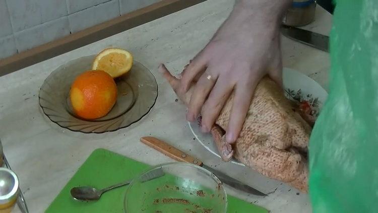 Для приготовления блюда замаринуйте утку