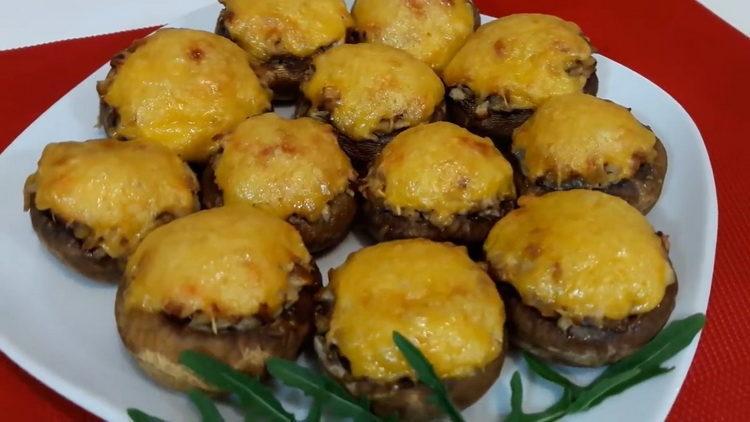 Фаршированные шампиньоны с сыром и курицей, запеченные в духовке