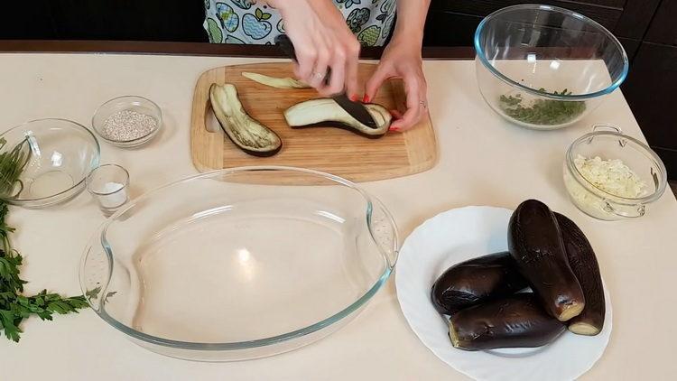 Для приготовления блюда подготовьте баклажан
