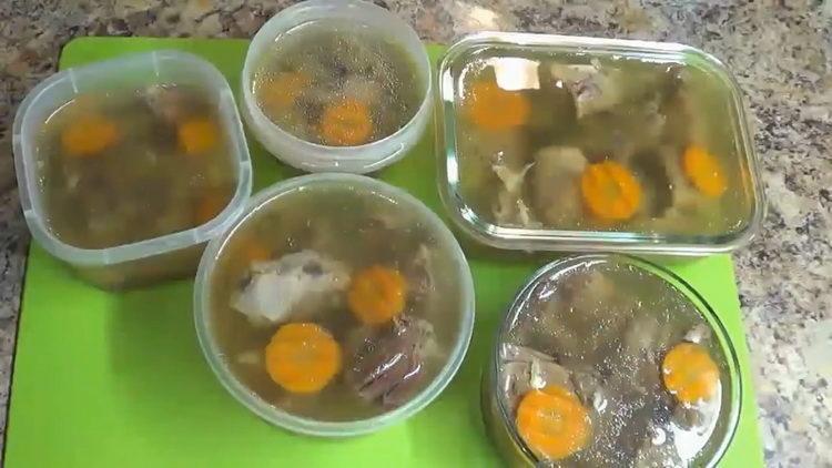 Для приготовления блюда процедите бульон