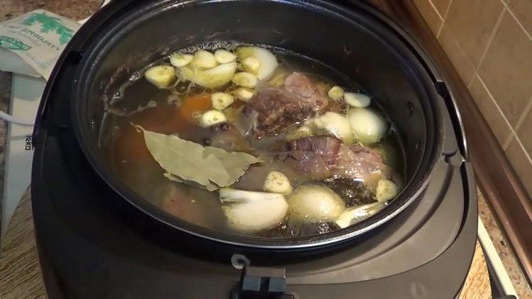 Для приготовления блюда выложите овощи в чашу