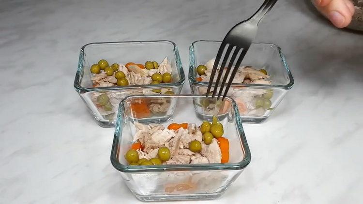 Для приготовления блюда выложите ингредиенты в форму