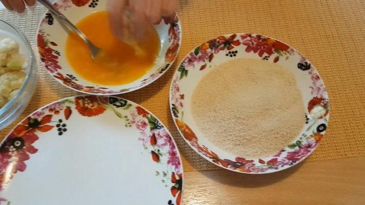 Для приготовления блюда взбейте яйца