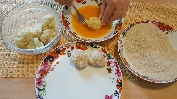 Для приготовления блюда запанируйте капусту