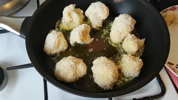 Для приготовления блюда обжарьте капусту