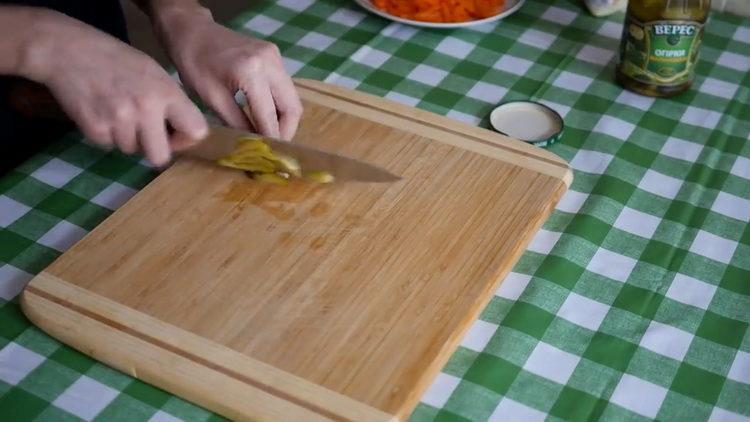 Для приготовления блюда нарежьте огурец
