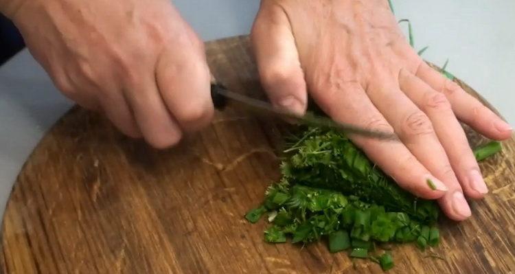 Для приготовления блюда нарежьте зелень