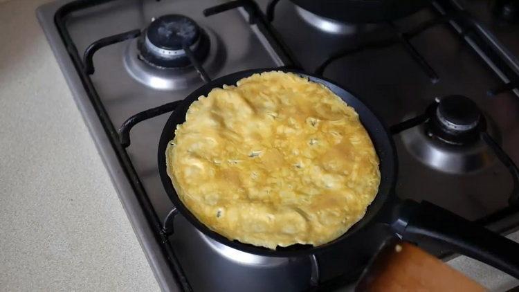 Для приготовления блюда обжарьте яйца