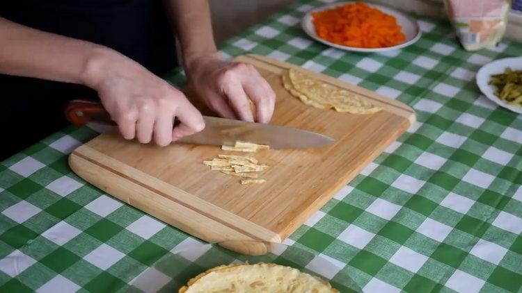 Для приготовления блюда нарежьте омлет