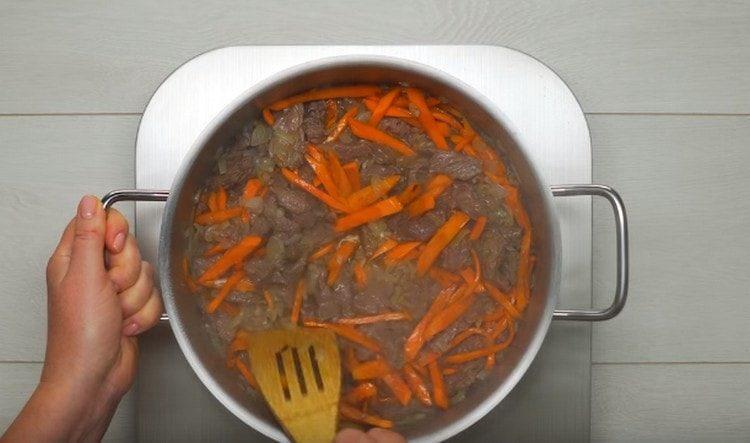Обжариваем морковь и добавляем к мясу.