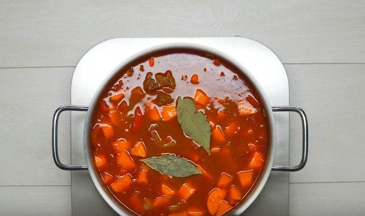 выкладываем морковь в кастрюлю, добавляем лавровый лист.
