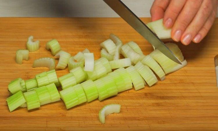 Нарезаем сельдерей и перец.