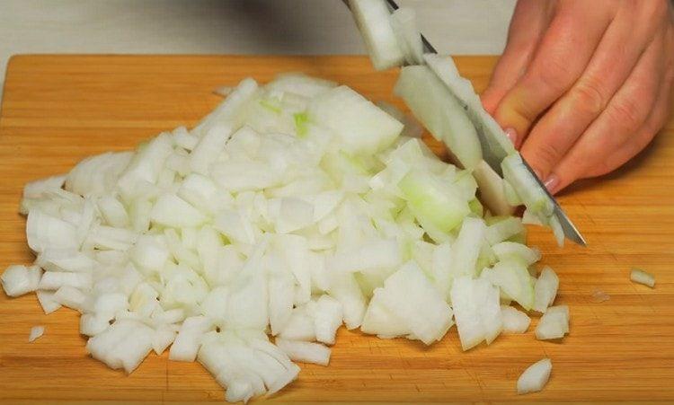 Измельчаем лук и чеснок.