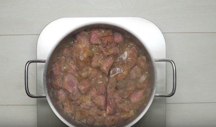 Добавляем мясо к луку.