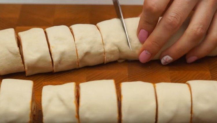Скручиваем тесто в рулет и нарезаем на небольшие кусочки