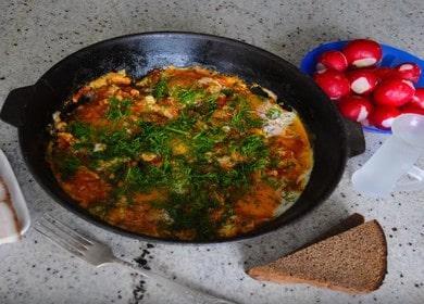 Как приготовить яичницу с помидорами — вкусная шакшука 🍳