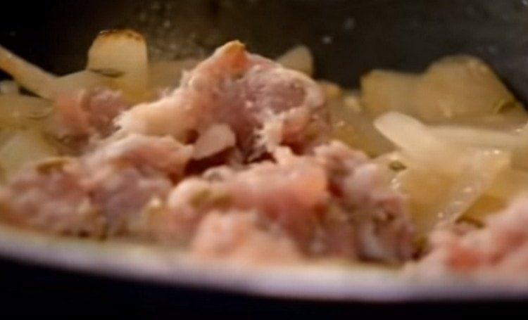 К луку добавляем домашние колбаски.
