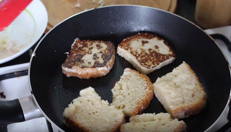 Обмакиваем ломтики хлеба в молочно-ананасовой пропитке и обжариваем на сковороде