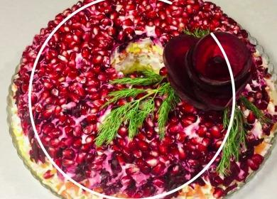 Яркий и вкусный салат 🥝 «Гранатовый браслет» с копченой курицей