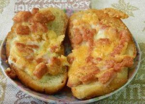 Делаем быстрые горячие бутерброды с колбасой и сыром по пошаговому рецепту с фото.